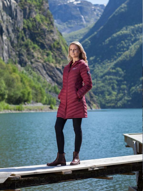 Scandinavian Explorer Dunkåpe på model, Vinrød
