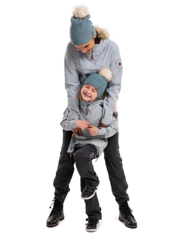 Voksen og barnemodell viser Twentyfour Finse 2-lags anorakk, perleblå