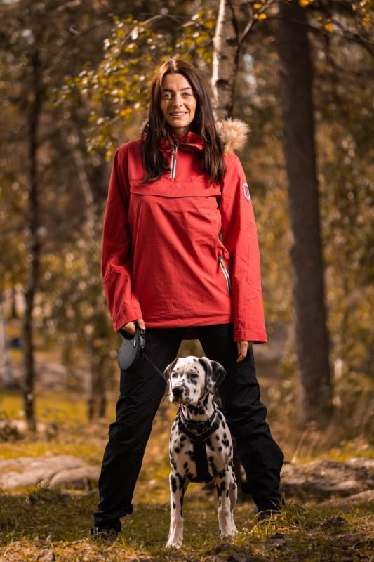 Dame på skogstur med hund viser Twentryfour Finse 2-lags anorakk