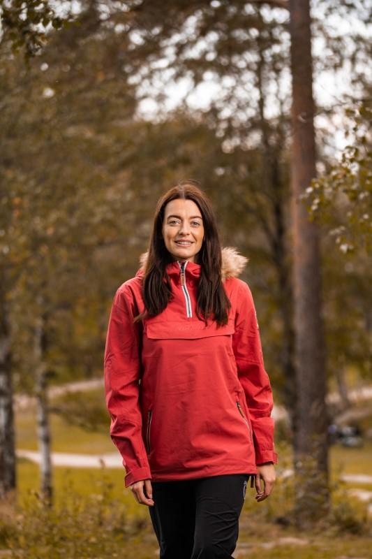 Dame på skogstur viser Twentryfour Finse 2-lags anorakk