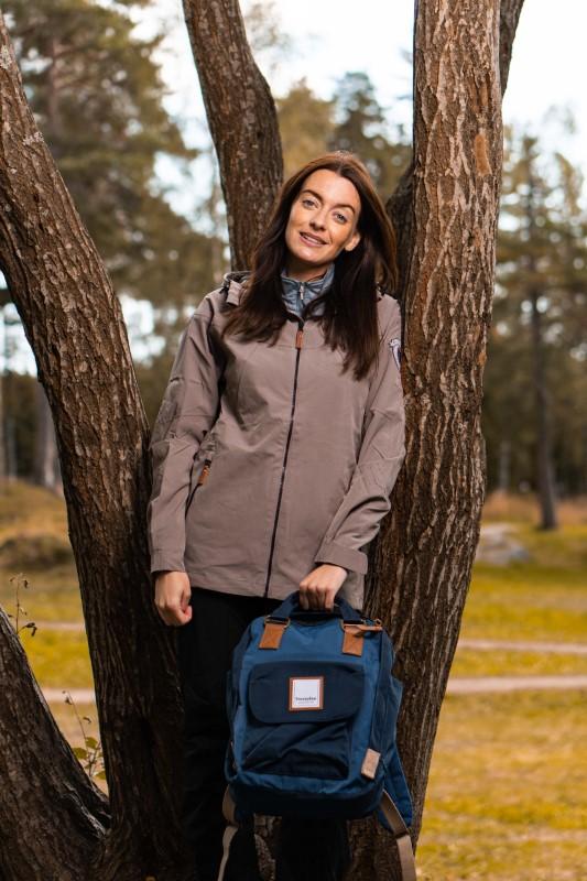 Modell med Twentyfour Finse ryggsekk, nattblå