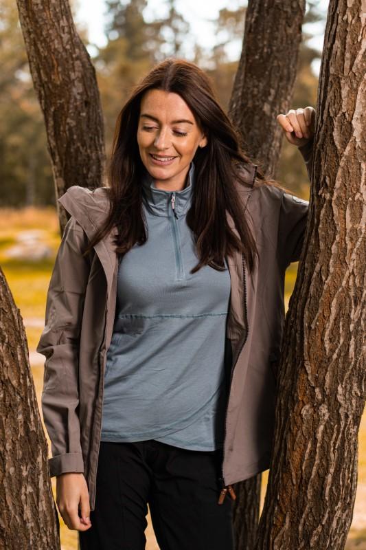 Model bruker Twentyfour Oslo bambus HZ, grågrønn som underlag under jakke